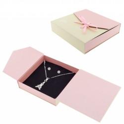 Pendentif et boucles d'oreilles dans une boîte cadeau...